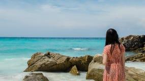 Para trás da senhora asiática molhada Looking no mar e no céu claros para o molde de Copyspace Imagens de Stock