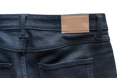 Para trás das calças de brim com calças de brim de couro a etiqueta costurou em calças de brim pretas foto de stock royalty free