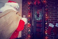 Para trás de Papai Noel na porta da rua, vista traseira Imagens de Stock Royalty Free