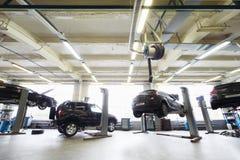 Para trás de quatro carros pretos na garagem Fotografia de Stock Royalty Free
