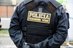 Para trás de um agente da polícia masculino, o uniforme de um polícia no Peru, no seu traseiro diz o verde do esquadrão da políci imagem de stock