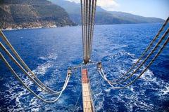 Para trás de um barco no mar Imagens de Stock Royalty Free