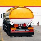 Para trás de um caminhão de tanque na frente de uma construção Imagens de Stock