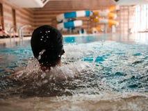 Para trás de um homem em uma piscina Fotos de Stock Royalty Free