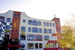 Para trás de uma escola em Alemanha por Hundertwasser Fotografia de Stock Royalty Free