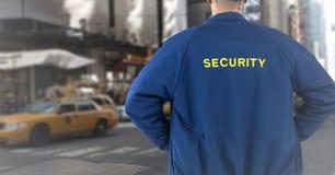 Para trás do agente de segurança contra a rua obscura Imagens de Stock Royalty Free