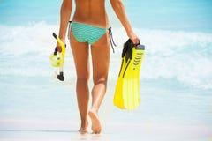 Para trás do corpo bonito das meninas no fundo da praia Fotografia de Stock Royalty Free