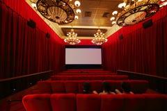 Para trás do filme de observação dos povos no salão do cinema Imagens de Stock
