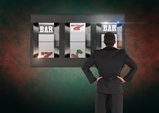 Para trás do homem que olha o slot machine do casino fotografia de stock