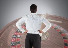 Para trás do homem que olha a roleta do casino imagens de stock