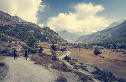 Para trekkers chodzi w kierunku wioski fotografia stock