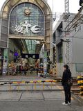 Para tren que espera entonces que pasa a través de la vía al mercado de Otesuji en el distrito de Kansai imagen de archivo libre de regalías