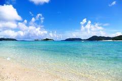 Para?so tropical de la arena blanca, del mar de la turquesa y del cielo soleado azul profundo en Zamami, Okinawa, Jap?n foto de archivo libre de regalías