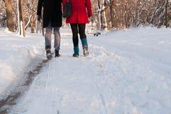 Para trzyma each - inny wręcza iść przez parka w Obrazy Royalty Free