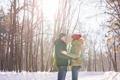 Para trzyma each other& x27; s ręki zima iść na drodze, cieszy się przespacerowanie, miłości para Mąż i żona jesteśmy zdjęcia stock
