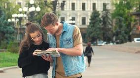 Para turyści czyta miasto mapę outdoors zdjęcie wideo