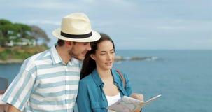 Para turyści sprawdza mapę na plaży zdjęcie wideo