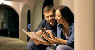 Para turyści sprawdza telefon w nocy na wakacje zbiory wideo