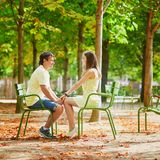 Para turysta w Paryż w Tuileries ogródzie Zdjęcia Stock