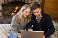 Para używa laptop przed zaświecającą grabą Obrazy Stock