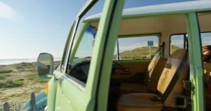 Para używa telefon komórkowego w samochodzie dostawczym 4k zbiory wideo