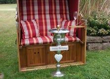 Para um aniversário memorável uma cadeira de praia de vime telhada como um presente fotos de stock royalty free