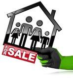 Para a venda - House modelo com uma família Fotografia de Stock Royalty Free