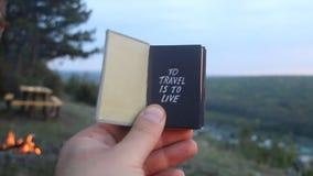 Para viajar é viver Livro com a inscrição vídeos de arquivo