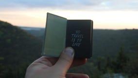 Para viajar é viver Livro com a inscrição Floresta no fundo vídeos de arquivo