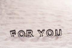 Para você palavra na areia branca fotografia de stock royalty free