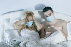 Para w łóżkowego cierpienia pospolitym zimnie fotografia royalty free
