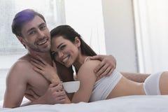 Para w łóżku z kawą obraz royalty free