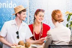 Para w agenci podróży rezerwaci wakacje wycieczce Zdjęcia Stock