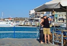 Para w Agios Nikolaos schronieniu, Crete Zdjęcie Stock