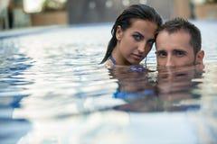 Para w basenie zdjęcia stock