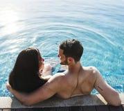 Para w basenie wydaje czas wpólnie obrazy stock