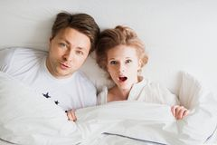 Para w białej sypialni zdumienie obraz stock