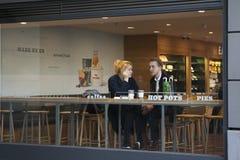Para w kawiarni w Londyn Zdjęcie Royalty Free