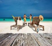 Para w kolorze żółtym relaksuje na plaży przy Maldives Obrazy Royalty Free