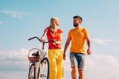 Para w lato sukni jedzie rower Czasu wolnego i stylu ?ycia poj?cie Aktywni ludzie wp?lnie TARGET1462_0_ czas Pary jazda zdjęcia royalty free