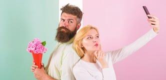 Para w miłość bukieta datowanie świętuje rocznicowych powiązania Dzielić szczęśliwego selfie Kobieta chwyta szczęśliwego moment fotografia stock