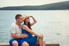 Para w miłości, mężczyzna i kobieta, cieszymy się romantycznego wieczór na seashore, dopatrywanie zatoka obrazy royalty free