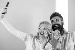 Para w miłość bukieta datowanie świętuje rocznicowych powiązania Brać Selfie fotografię Chwytać moment memorize Kobieta zdjęcie royalty free