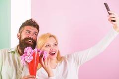 Para w miłość bukieta datowanie świętuje rocznicowych powiązania Brać Selfie fotografię Chwytać moment memorize Kobieta fotografia royalty free