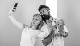 Para w miłość bukieta datowanie świętuje rocznicowych powiązania Dzielić szczęśliwego selfie Chwytać moment memorize Kobieta obraz stock