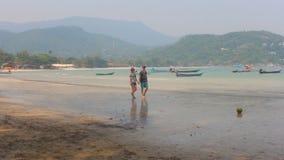 para w miłości chodzi na plaży zbiory wideo