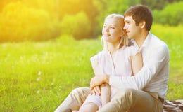 Para w miłości cieszyć się Zdjęcie Royalty Free