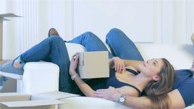 Para w miłości kłama wśród pudełek zbiory wideo
