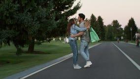 Para w miłości ma zabawę w lato parku po pomyślnego zakupy zdjęcie wideo