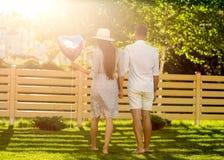 Para w miłości n parku, amerykanina styl obraz royalty free